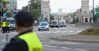 Автомобили полиции на улице Варшавы перед акцией протеста против саммита НАТО