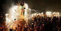 Люди исполняют танец огненного дракона, празднуя Фестиваль китайских фонариков в Мэйчжоу, провинция Гуандун, Китай