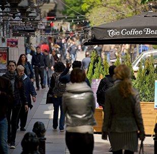 Прохожие идут по проспекту Руставели в Тбилиси весенним днем