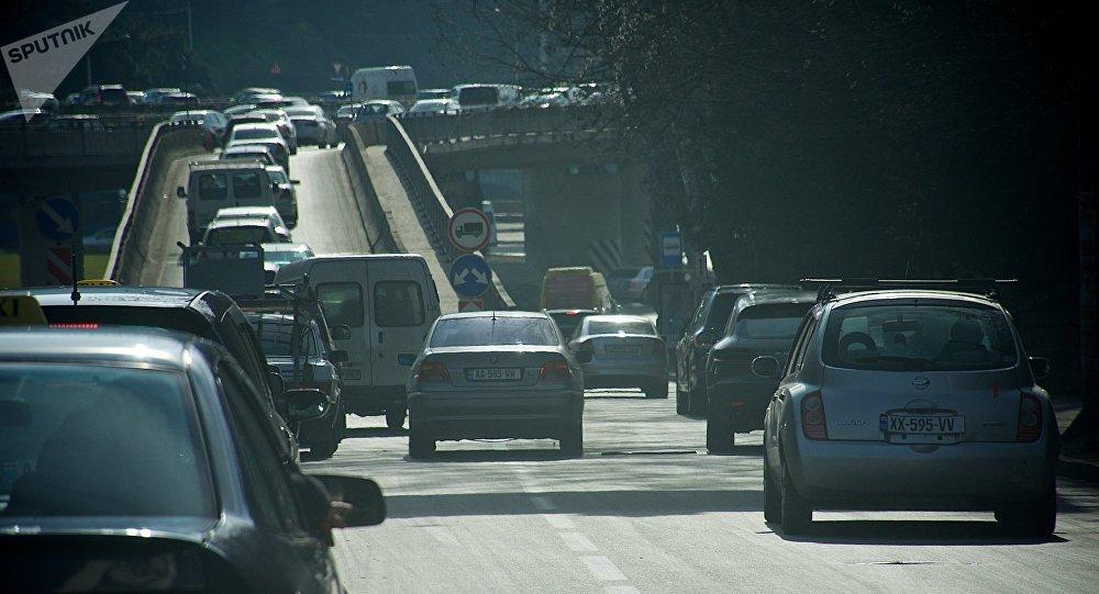 Машины въезжают на эстакаду на площади Героев
