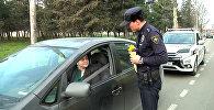 Женщины-водители 8 Марта получили цветы от полицейских