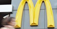 Логотип корпорации Макдоналдс на фасаде ресторана быстрого питания