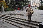 Студентка спешит на  учебу, направляясь к зданию первого корпуса Тбилисского государственного университета (ТГУ)