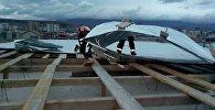 Ветер сносит крышу на строящемся объекте в пригороде Тбилиси