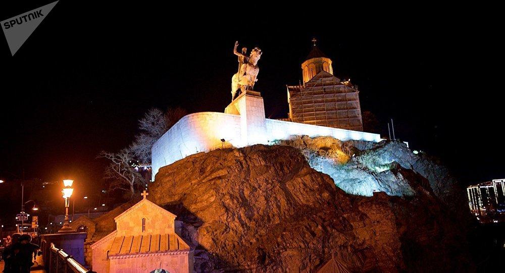 Ночной вид на Метехскую церковь и памятник Вахтангу Горгасали в Тбилиси