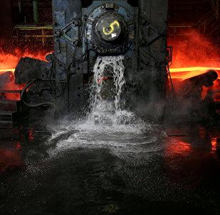 Охлаждение стальной плиты с помощью воды на сталелитейном заводе Новолипецкий металлургический комбинат в Фаррелле, Пенсильвания, США
