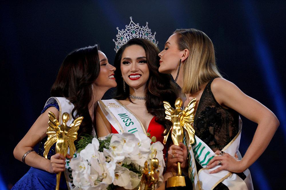 Нгуен Хуонг Цзян из Вьетнама поздравляют с победой ее подруги из других стран на конкурсе красоты трансгендеров Miss International Queen 2018 в Паттайе, Таиланд