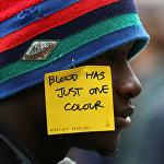 Один из участников акции против расизма и в поддержку Иди Диена, сенегальского уличного торговца, который был убит итальянцем во Флоренции, Италия