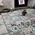 В Лондоне у здания МИД прошла акция протеста, в ходе которой ее участники разложили на тротуаре и у стен домов плакаты и камни с призывами освободить Назанина Загари-Ратклиффа, который находится в тюрьме в Иране