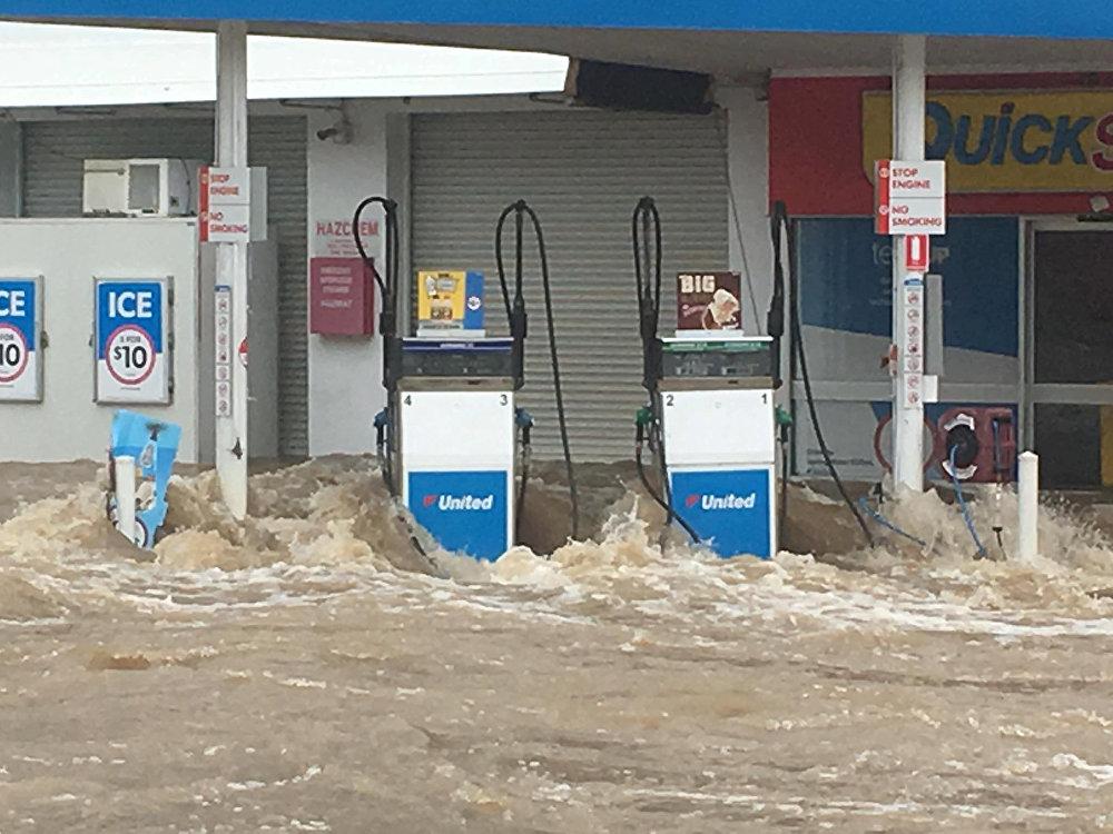 Наводнение в Австралии - настоящие волны бьются о стены бензоколонки в Квинсленде
