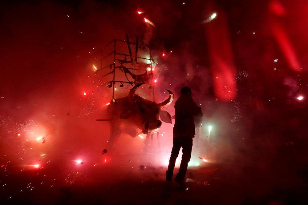 Во время ежегодного праздника Сан-Хуан-де-Диос в Тультепеке, на окраине Мехико в Мексике заряды фейерверка закладывают прямо в традиционную для праздника фигуру быка Эль-Торито