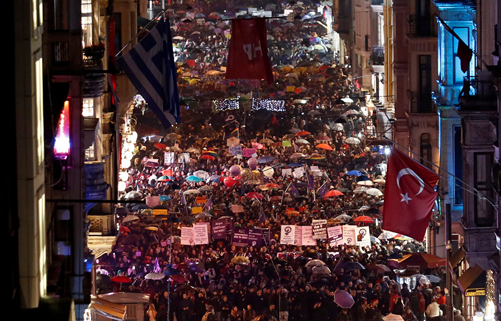 Многотысячный марш в поддержку женщин состоялся на главной торговой и пешеходной улице Истикляль в Стамбуле во время акции, приуроченной к Международному женскому дню