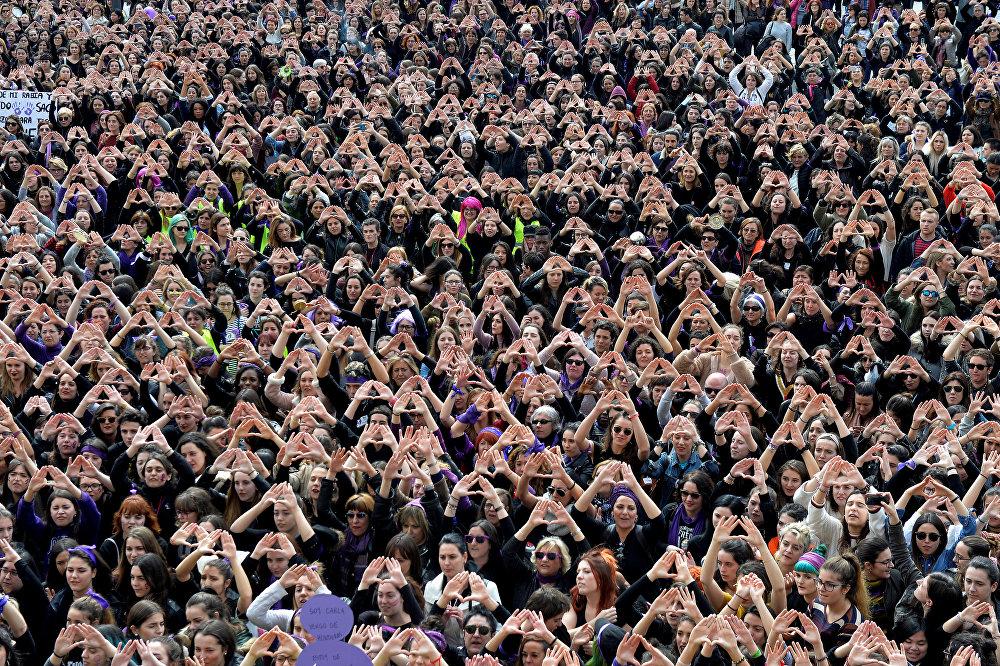Участницы акции в защиту прав женщин провели массовую акцию в Международный женский день в Бильбао, Испания