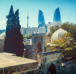 Вид на Пламенные башни в городе Баку