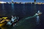 Полиция и спасатели ведут розыски пострадавших на месте падения вертолета в Нью-Йорке, США