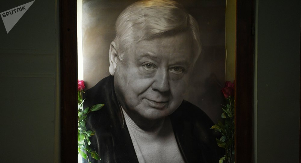Цветы у портрета Олега Табакова