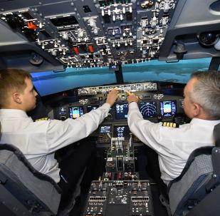 Пилоты во время занятий на авиатренажере самолета Боинг-737 компании Dream Aero