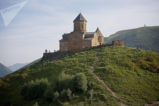 Церковь Святой Троицы на вершине горы у села Гергети, Казбегский район