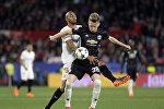 Матч между футбольными клубами Manchester United и Sevilla во время 1/16 финала Лиги чемпионов УЕФА. На фото - полузащитник Манчестера Скотт МакТоминей борется за мяч с полузащитником Севильи Стивеном Н'Зонци
