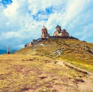 Троицкая церковь в селе Гергети у подножья горы Казбек у Военно-Грузинской дороги