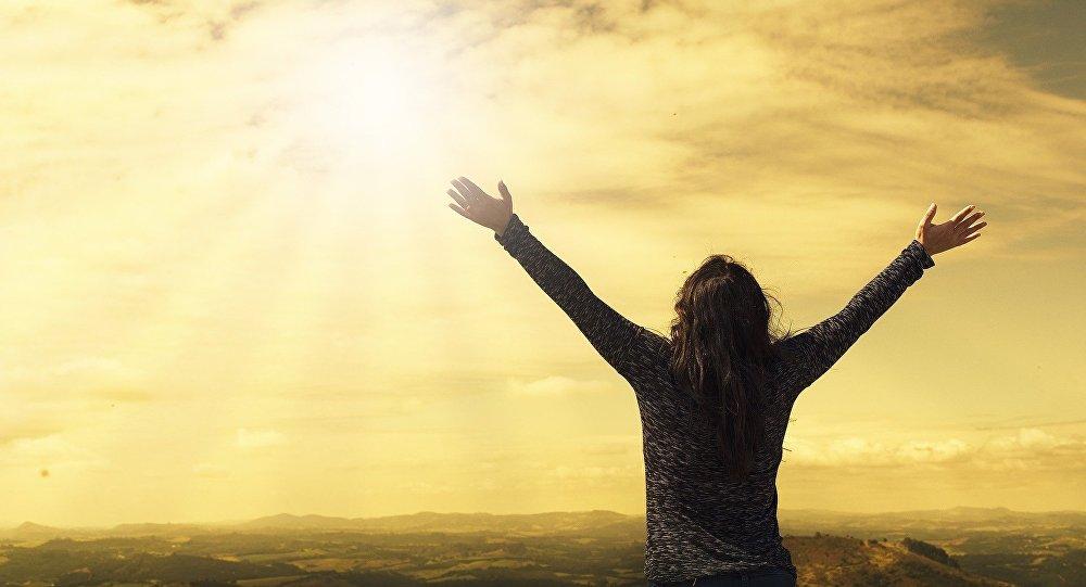 ქალი ცაში აპყრობილი ხელებით