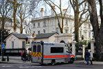 Машина британской полиции у здания посольства России в Лондоне