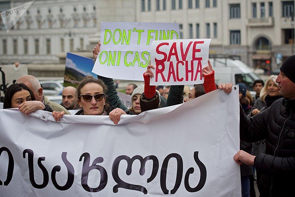 Участники акций призывают международные финансовые институты не выделять правительству страны средства на строительство новых ГЭС в Грузии