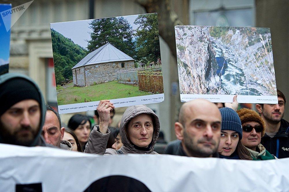 Протестующие уверены, что строительство ГЭС негативно отразиться и на положении местного населения, дома которых расположены в поселениях на берегу рек