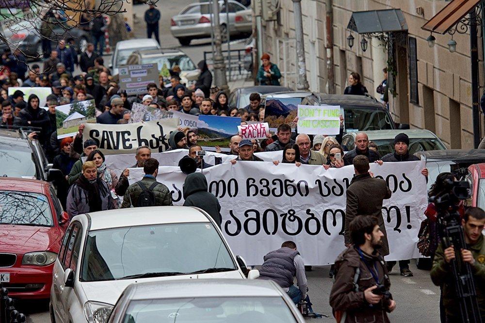 Защитники природы и часть местных жителей уже несколько лет выступают против планов властей Грузии по строительству новых ГЭС, считая, что это нанесет большой ущерб экосистеме региона