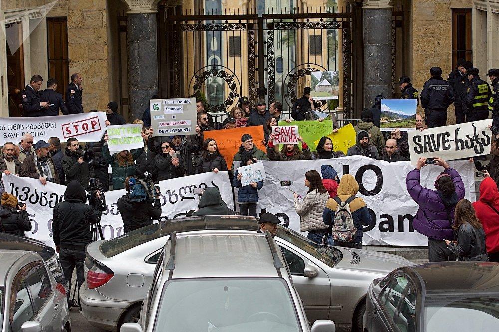 Участники акции протеста против строительства новых ГЭС в высокогорных районах Западной Грузии у здания парламента страны в Тбилиси