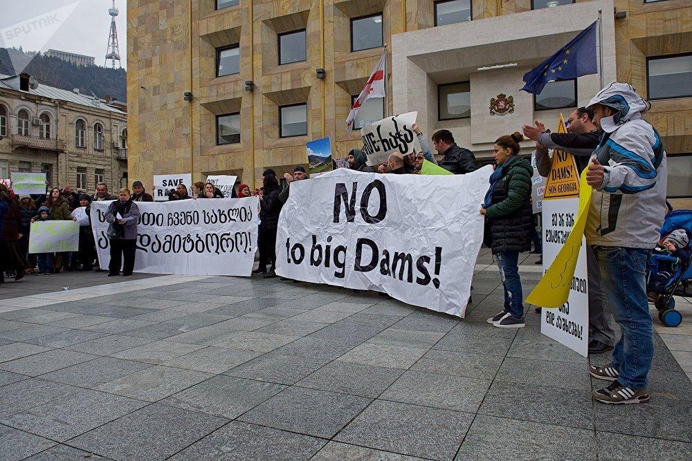 Акция протеста против строительства новых ГЭС в высокогорных районах Западной Грузии у здания правительственной администрации в Тбилиси - более часа ее участники выступали с помощью громкоговорителей, адресуя властям свои претензии