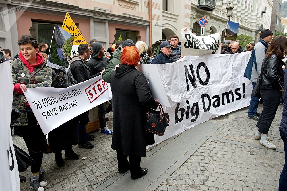 Так проходила акция протеста под названием Нет ГЭСомании в Тбилиси на улице Галактиона Табидзе, где расположены офисы Европейского инвестиционного банка и Азиатского банка развития, которые выделяют правительству Грузии средства на строительство гидроэлектростанций