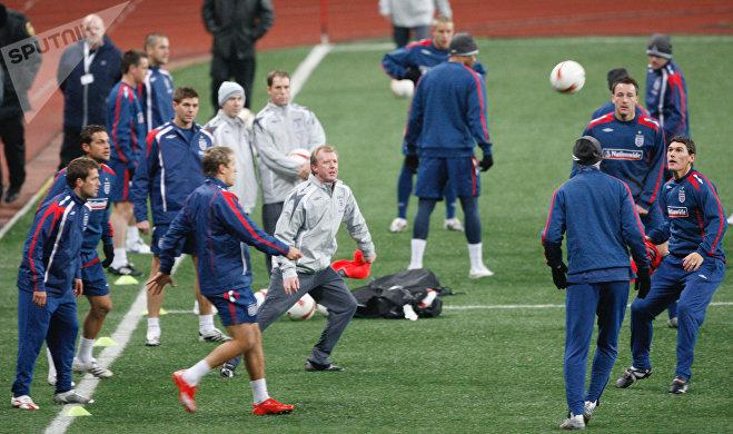 Главный тренер сборной Англии Стивен Макларен (в центре) во время тренировки английской сборной на стадионе Лужники накануне футбольного матча отборочного турнира Евро-2008 со сборной России