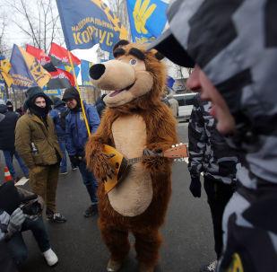 Сотрудники МВД Украины и представители националистических организаций блокируют здание посольства РФ в Киеве в связи с выборами президента РФ