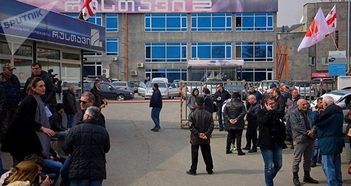 Люди у здания телекомпании Рустави 2