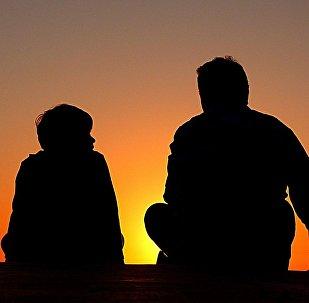 მამაკაცისა და ბიჭუნას საუბარი ჩამავალი მზის ფონზე