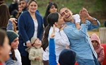 Счастливые люди в Тбилиси