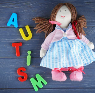 Детская игрушка рядом со словом аутизм