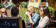 Девушки пьют кофе в уличном кафе в Тбилиси