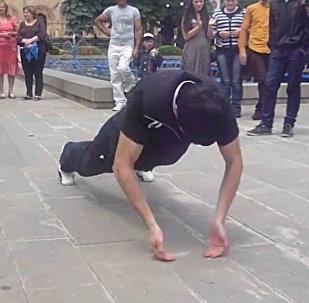 Необычный рекорд: житель Армении отжимался на тыльных сторонах ладоней