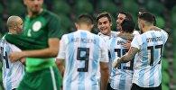 Сборная Аргентины по футболу радуется забитому голу