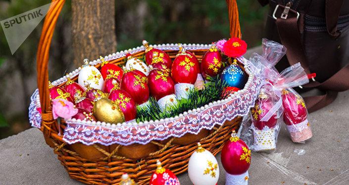 Пасхальная корзина с крашенными яйцами