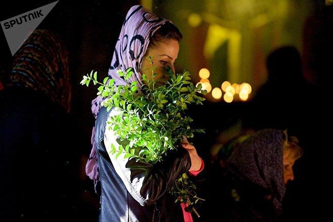 Женщина на службе в храме Светицховели в Вербное воскресенье