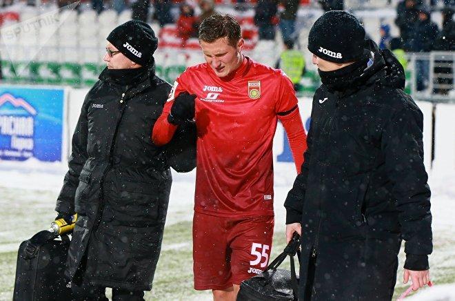 Сотрудники медицинской службы уводят со стадиона игрока ФК Уфа Джемала Табидзе