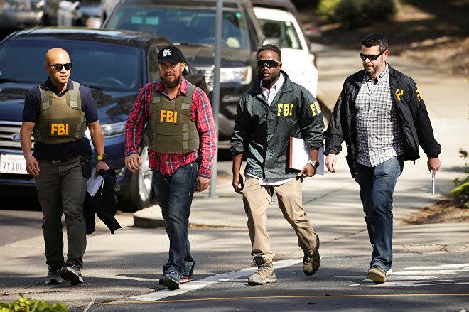Группа агентов ФБР у здания штаб-квартиры Youtube в Сан Бруно в Калифорнии, где была стрельба