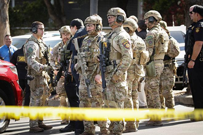 Отряд полиции особого назначения SWAT у здания штаб-квартиры Youtube в Сан Бруно в Калифорнии, где была стрельба