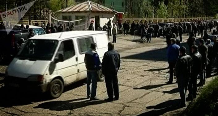 Ткибули - люди у входа в шахту Миндели, где погибли шахтеры