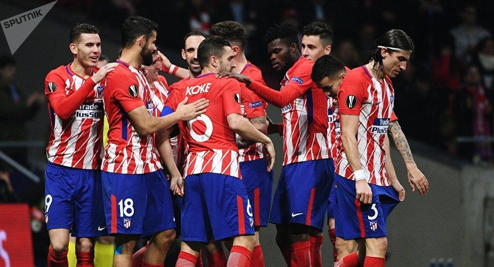 Игроки ФК Атлетико радуются забитому голу