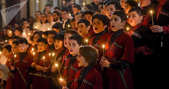 Детский церковный хор во время Пасхальной службы в храме Самеба