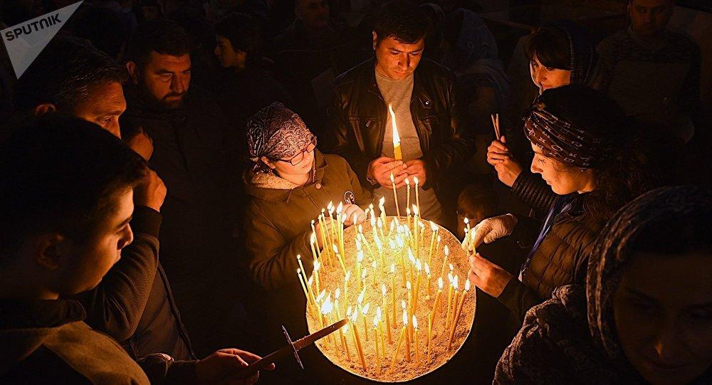 Верующие во время Пасхальной службы в храме Самеба